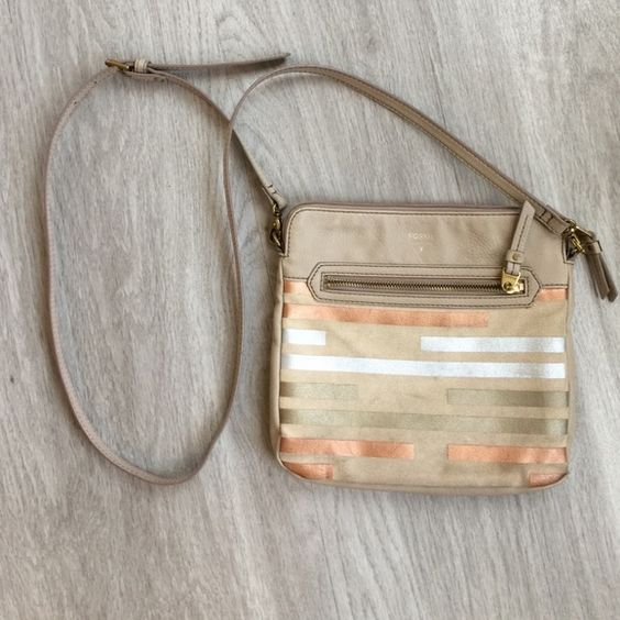 Fossil purse Good used condition. Needs to be cleaned but that is the only thing wrong with it! All of my items are set at their lowest price for minimal haggling and ultimate time saving!! I'm currently doing bundle discounts manually! Happy Poshing! Fossil Bags Crossbody Bags