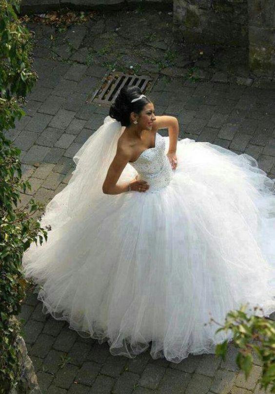 Et godt eksampel på en prinsessebrudekjole.  Der er intet galt i at være prinsesse for en dag. Vores Dag give thumps up for denne kjole .
