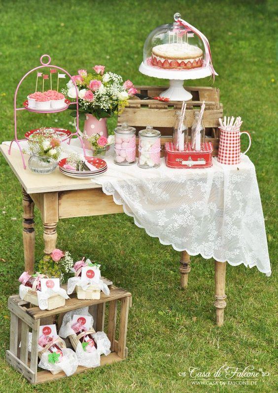 so kleine Tischchen verteilt für süße Deko fänd ich toll!
