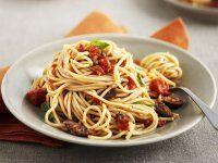 Pasta mit Tomaten, Oliven und Thunfisch Rezept | EAT SMARTER