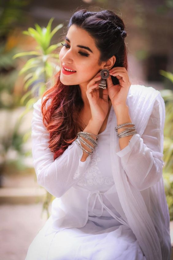 Hareem Farooq recently posted a couple pictures on her Instagram in which she is wearing a dazzling white cotton Kurta from Boheme by Kanwal paired with blue denim-like cigarette pants. Let's have a look at the stunning style which was pulled really well by Hareem Farooq