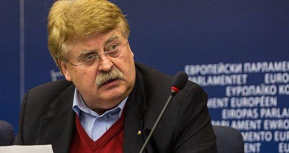 Für Elmar Brok ist längst alles klar und der Schuldige für die angespannte Lage zwischen der Ukraine und Russland ist schon gefunden. Russland ist natürlich der Übeltäter, denn Moskau wirft Kiew Sabotage-Vorbereitungen auf der Krim vor. Brok wittert darin einen möglichen weiteren Angriff Russlands auf die Ukraine.