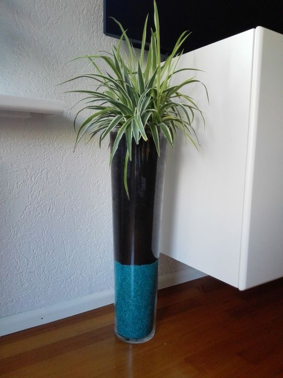 Grote vaas met plant en blauwe decoratie steentjes tip om steentjes te besparen plaats een - Blauwe turquoise decoratie ...
