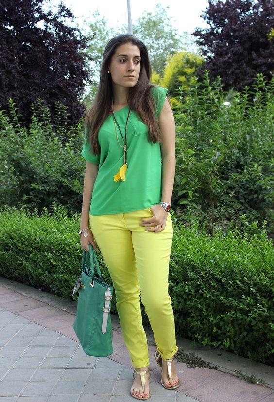 Combina una camiseta verde con unos pantalones de color lima y tu look parecerá muy fresco incluso en las épocas más frías.