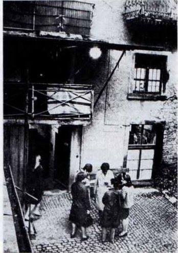 In diesem Hof in der Wallstraße vermutete man kaum den Eingang zu einem Theater. Das Wallgraben-Theater 1953 gegründet. Foto 1955 https://www.facebook.com/HistorischesFreiburg/photos/np.1457765788465890.100002251567273/915983891825594/?type=3