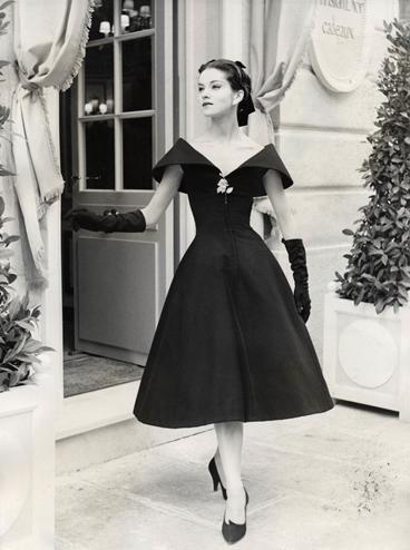 Dior-1950s chiếc váy xòe với vòng eo nhỏ trong bộ sưu tập nổi đình đám của christian dior - NEW LOOK . với chất liệu cao cấp hơn nữa không thể thiếu đôi găng tay dài cùng màu với váy làm tôn len sự quý phái của người mặc