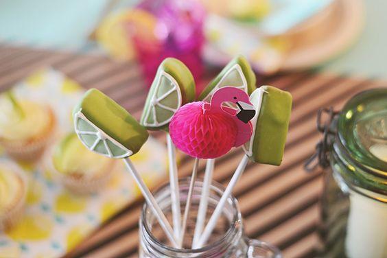Wie tropen zegt, zegt flamingo's! // Fotograaf: Anouk fotografeert // Cakepops: Sugarlips cakes // Girls of honour