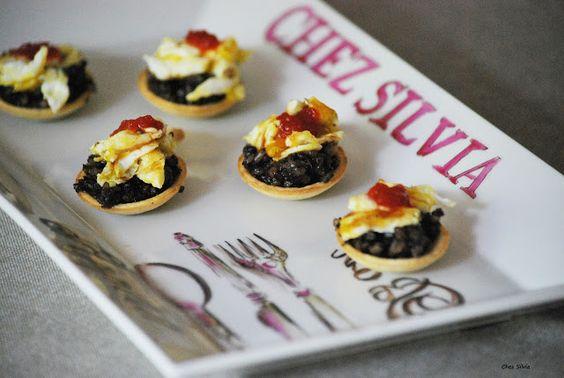 CHEZ SILVIA: Aperitivos: cucharita de morcilla con huevos estrellados y mermelada de pimiento rojo.