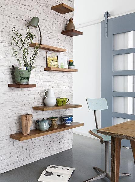 Deze houten planken in vier verschillende maten, met en zonder opstaande rand, worden blind aan de muur bevestigd, wel zo mooi.