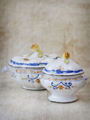 Available with Pear decoration on the lid or with the Geometric ornament in both small and large tureens.