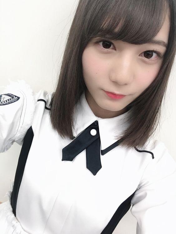 白色衣装の小坂菜緒