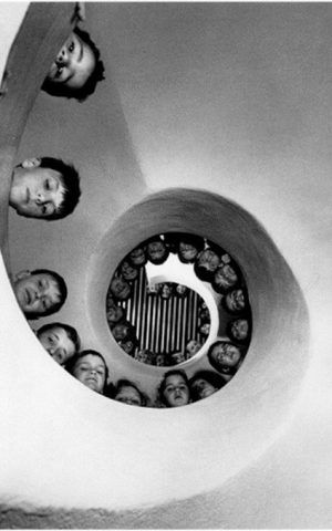 Spiral Staircase with Children - photo by Henri Cartier-Bresson in the early 20th century - photo from aulafoto
