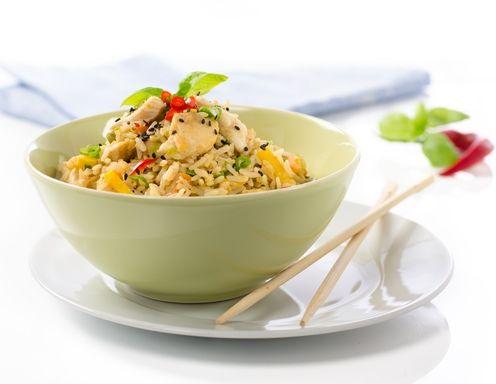 Gebratener Eierreis mit Hühnerbrust und Gemüse