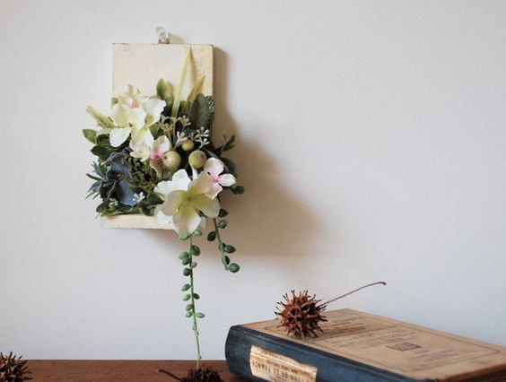 L字の板の台座をアンティーク加工しグリーンと白のシルクフラワー(造花)をアレンジしました。ほんのりと滲むピンクを可愛く生かせたらと思い制作しています。水やり不...|ハンドメイド、手作り、手仕事品の通販・販売・購入ならCreema。