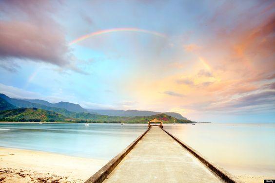 ハワイの海に続く道と虹