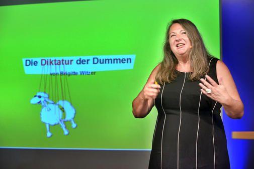 Brigitte Witzer bei einem Vortrag zu ihrem Buch Die Diktatur der Dummen am 12. Juni 2014 in Kiel - trotz Bahnstreik noch rechtzeitig angekommen ...