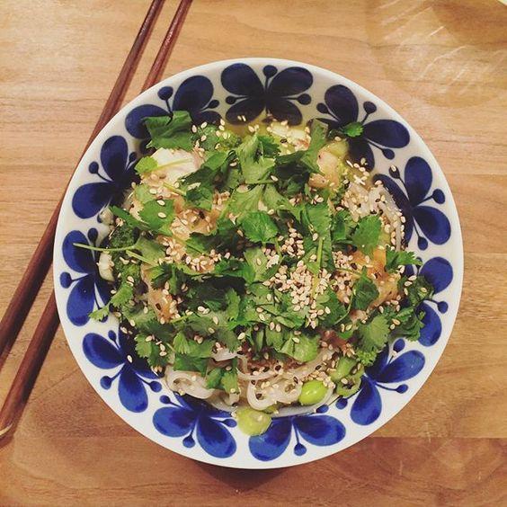 Bra start på 2017: Risnudlar, broccoli, edamamebönor, buljong (med sesamolja, fisksås, japansk sojasås, citron och socker), koriander, vårlök och sesamfrön. Åh vad jag vill äta det här igen! För att få barnen att äta detta kallar jag den Mästare Shifus nudelsoppa (mastern från Kung Fu Panda). Det funkar! Dom får dock en enklare, mildare buljong och mindre jox i. // teriyaki edamame sojabönor favs Fav nudelsoppa Fitnessnoodles Shirataki nudlar noodlesoup