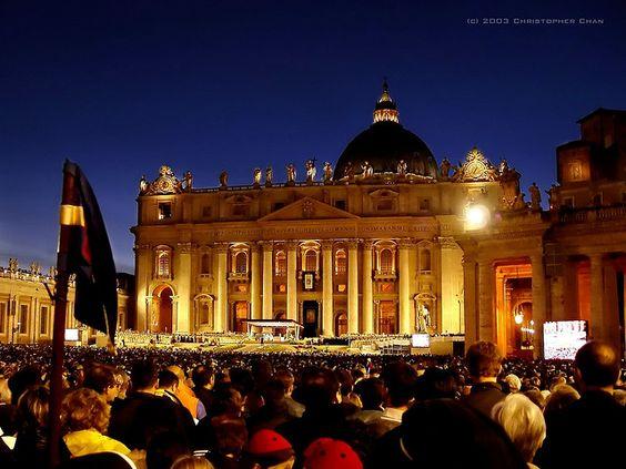 沢山の観光客がいる夜のサン・ピエトロ大聖堂です。
