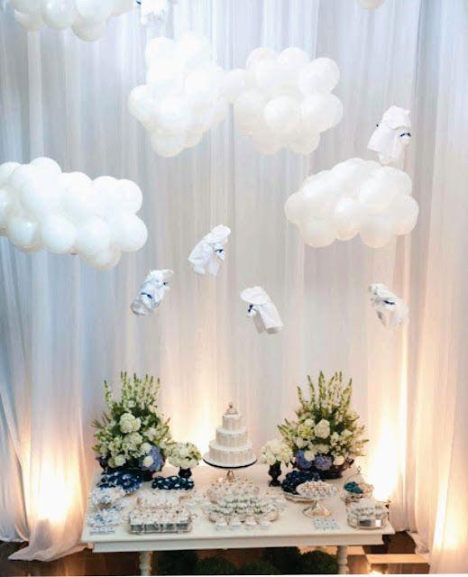 nubes con globos para decorar mesa con pastel y flotes