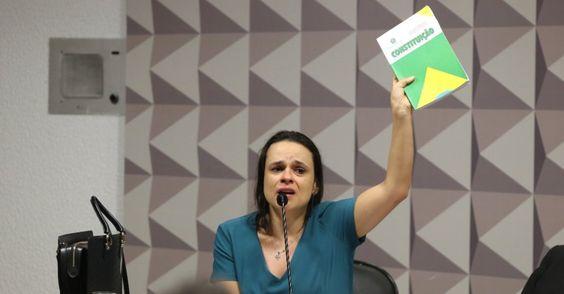 """Uma das tragédias de situações como a que o Brasil vive é ver nulidades como Janaína Paschoal ser alvo de torrenciais holofotes. Não foi fácil suportá-la no Senado hoje, na comissão que discute o impeachment. Num momento de autoempolgação, Janaína traiu sua confusão mental e seu antipetismo delirante. Ela disse aos senadores que, se eles não tirarem Dilma, teremos dezesseis anos de PT no poder. Ela completou essa frase dizendo que, ao contrário dos petistas, é """"democratas"""". No Planeta…"""