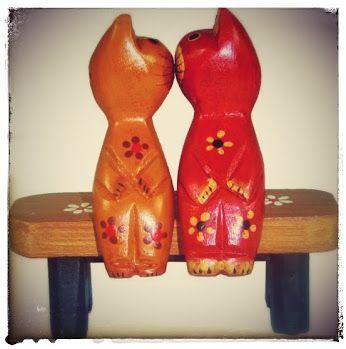 Esotericamente, o gato é símbolo da vigilância e da proteção. Em muitos templos do Oriente (por exemplo nos templos budistas da Tailândia e outros países do Sudeste asiático), a presença dos gatos é constante. Atuariam, segundo a crença local, não apenas como purificadores do ambiente, mas também como guardiões alertas contra a penetração de entidades maléficas provenientes de planos existenciais sutis.