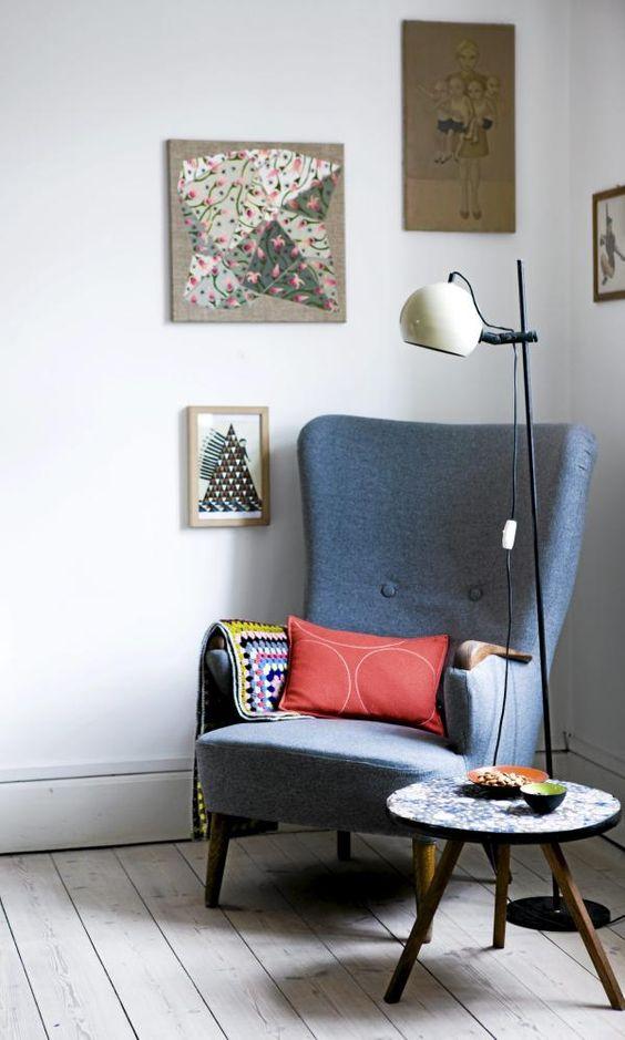 Dette hjørnet inviterer til en tidsreise. Både bord, lenestol, hekleteppet og lampen bærer klare referanser til 60- og 70-tallet.