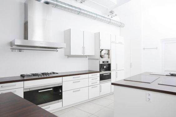 Minimalistische weiße moderne Küche mit Insel
