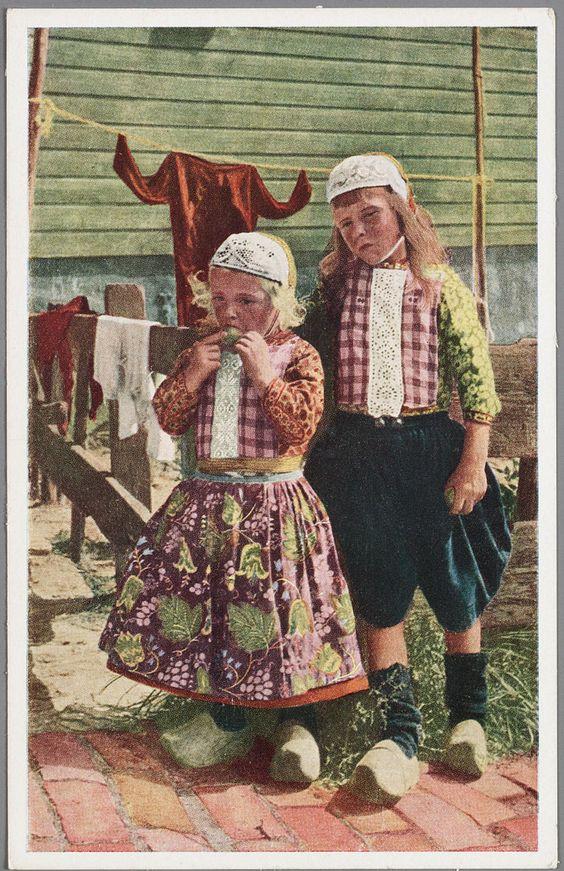 Twee jongens in klederdracht op een erf naast een houten huis. Marken 1920-1940 #NoordHolland #Marken