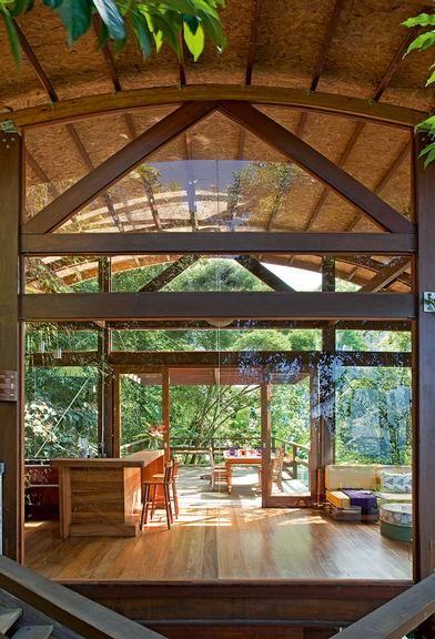Todo telhado precisa de um suporte, sejam vigas, pilares ou tesouras. Estas últimas não só cumprem função estrutural como servem de elemento decorativo quando ficam aparentes. Conheça alguns modelos que chamam a atenção no interior das casas