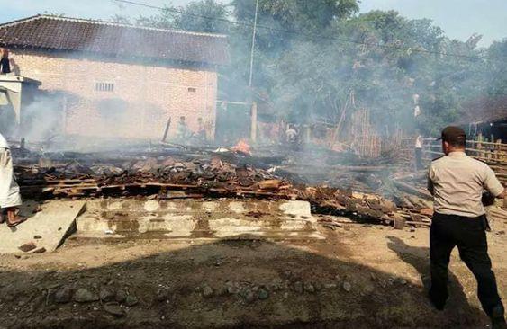 Rumah Gumbrek terbakar