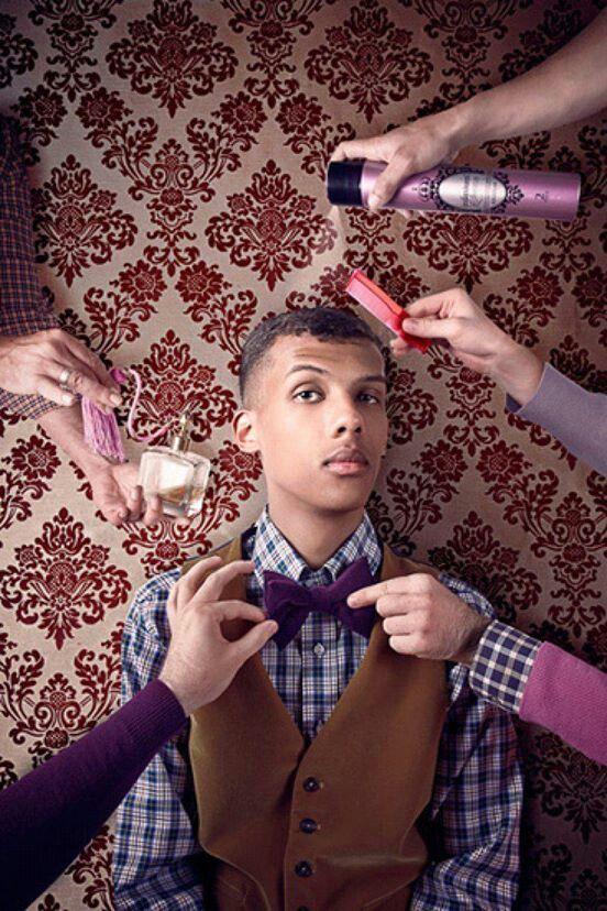 """C'est Stromae, un chanteur français. J'écoute Stromae dans 7th grade j'aime la chanson. Il est célèbre en France, mais il est célèbre dans les États-Unis aussi. J'aime la chanson, """"tous les mêmes"""" parce-que il a beaucoup des trompettes. Le style de Stromae est excentrique et cool"""
