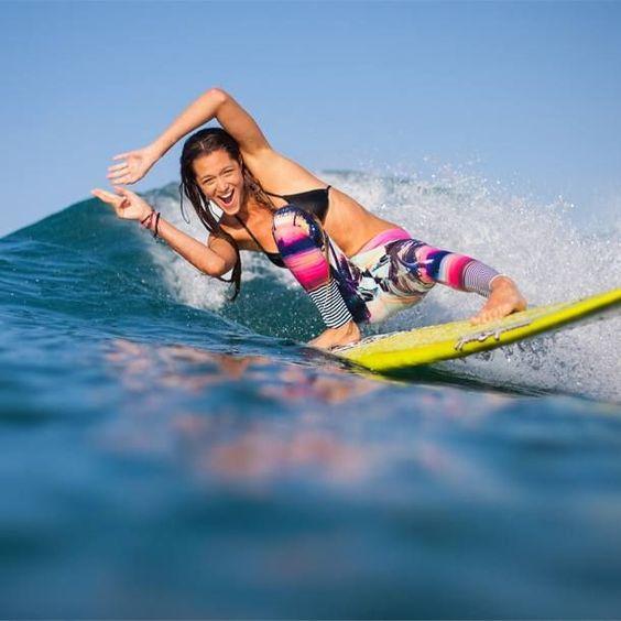 サーフィンを楽しむお茶目な女性