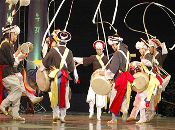 SOUTH KOREA I'm amazed at how these people dance, roll their head dress and play drums at the same time :D #korean dance
