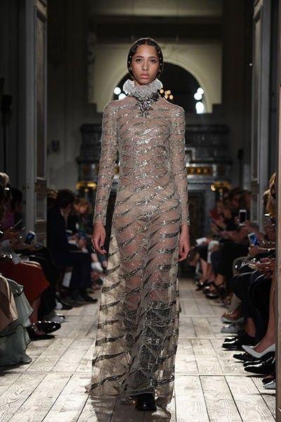 El diseñador italiano presentó en París su pasarela de Fall/Winter 2016 en la que tomó a Shakespeare como inspiración