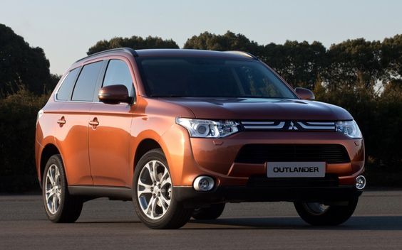 2013 Mitsubishi Outlander front three quarter