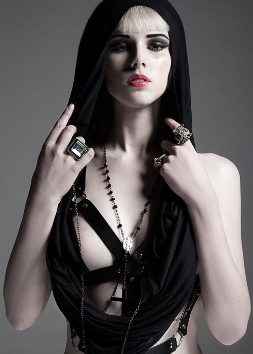 Model Caesi / Makeup Shauna Phoon / Portrait by VSPhotography † #goth #fashion #portrait #hautegoth #gothaesthetics #female #model #dark #darkfashion #Caesi #MUA #ShaunaPhoon #VSPhotography