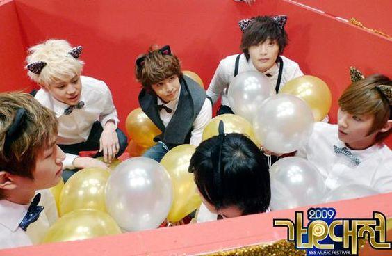 "SBS ""2009 Gayo Daejun"" Music Festival Photo Shoot - Front Row: Onew (온유) of SHINee, Sungmin (성민) of Super Junior, Lee Joon (이준) of MBLAQ - Back Row: Yoseob (요섭) of B2ST, Nichkhun (닉쿤) of 2PM, Jin Woon (진운) of 2AM"