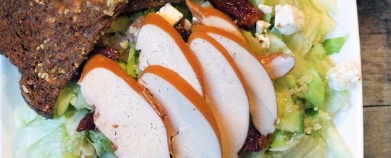 Gewoon wat een studentje 's avonds eet: Salade: ijsbergsla met couscous, gerookte kip, avo...