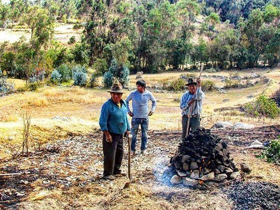 Despues de una jornada de trabajo en el campo... preparan una rica pachamanca  #peru #huaraz #ancash #peruvianfood  #travel #igersperu #pachamanca by wonderfulltrip