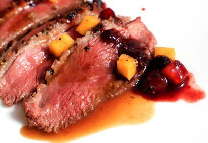 Magret de canard poivré, sauce aux canneberges et au miel. #cuisine #recette #canard
