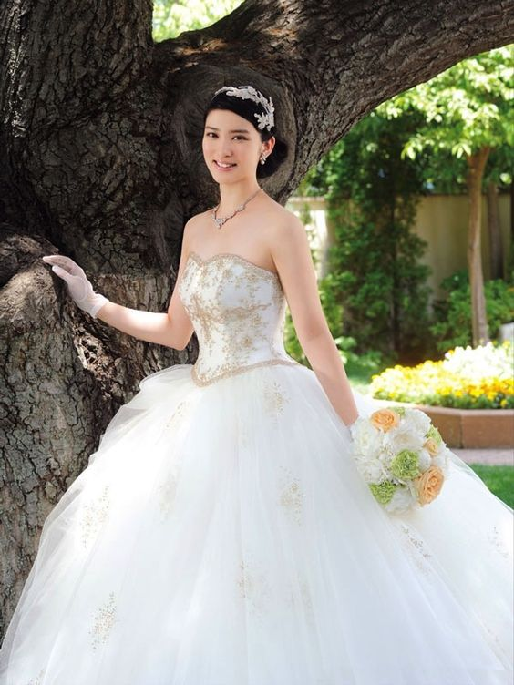 花束を持ったウェディングドレスの武井咲