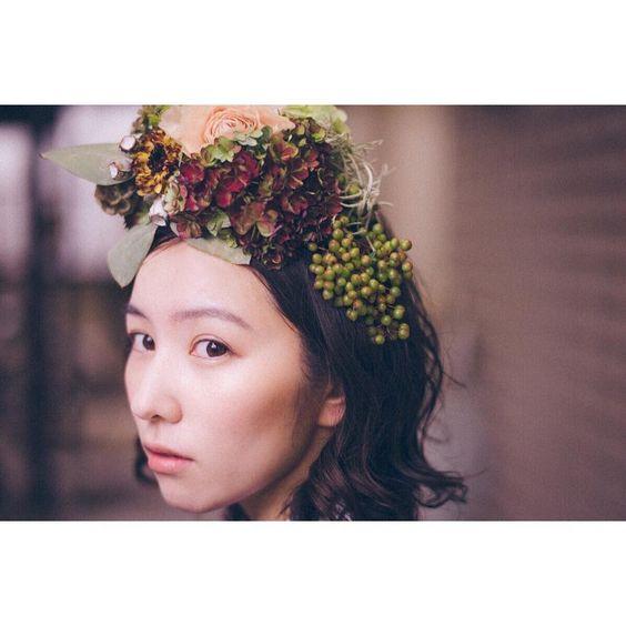 お花を頭の上につける徳永えり