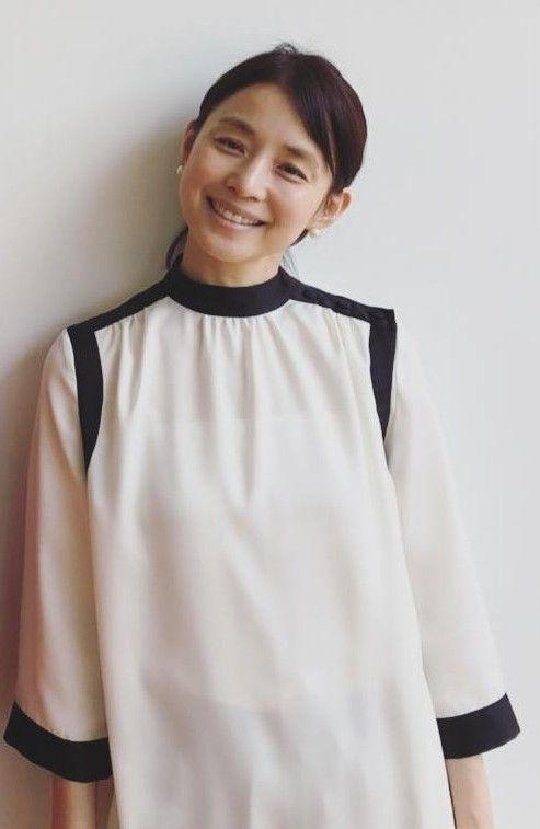ツートンのトップスの石田ゆり子
