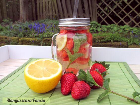 Bevanda depurativa fragole limone menta: un modo alternativo per bere l'acqua grazie al buon sapore di ingredienti freschi e salutari.