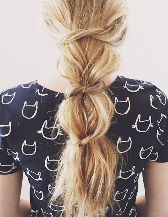 coiffure de plage rapide pour cheveux longs. Tresse large nouée