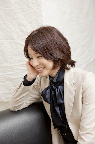 ソファーに座る石田ゆり子