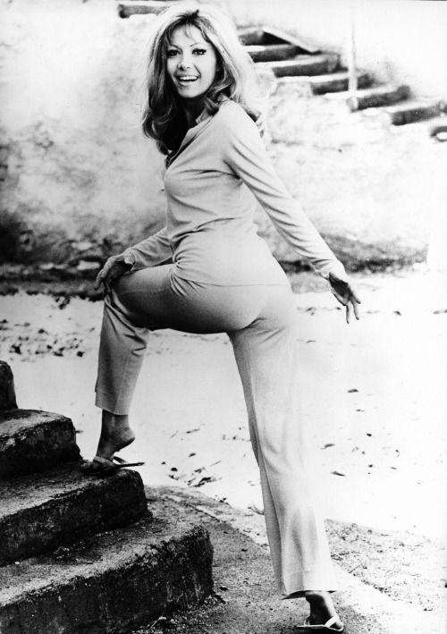 vintageruminance:  Ingrid Pitt - 1970s    El segundo paso es identificar los beneficios que recibirán y percibirán los los consumidores. (Ingrid Pitt por allá en los setenta).