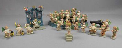 """Auktionshaus Rheine """"HIMMLISCHES ORCHESTER / ENGELSKPAPELLE / MUSIZIERENDE ENGEL"""", Holz, farbig gefasst, Erzgebirge 1950er / 1960er Jahre, überwiegend gefertigt von Wendt und Kühn. Umfangreiches Orchester, bestehend aus 31 Figuren, mit Podest / mehrfach gestufter Tribüne; Dirigent mit Notenständer und eigener Empore; dabei Flügel und Paukenspieler sowie Orgel als Spieluhr mit der Melodie """"Stille Nacht"""" (teilw. minimal bestoßen).  Preise & Bieten Limitpreis:350 EUR"""