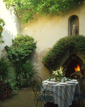 Best French country farmhouse decor in a courtyard garden dining area. #frenchfarmhouse #frenchcountry #dining #courtyard #garden