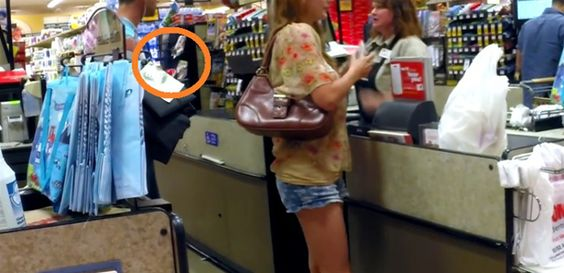 scam-atm | Watch What This Man Does to This Woman in the Grocery Line – And Make Sure It Doesn't Happen to You